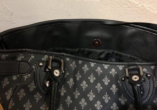 バッグに補修テープの裏の部分を貼っているところ
