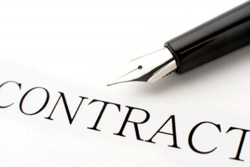 契約書と万年筆の画像