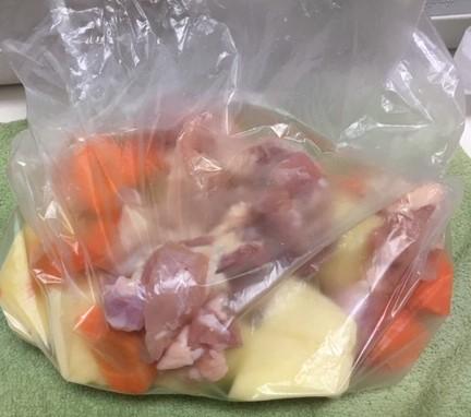 保存袋にカットした野菜と鶏肉を入れた画像