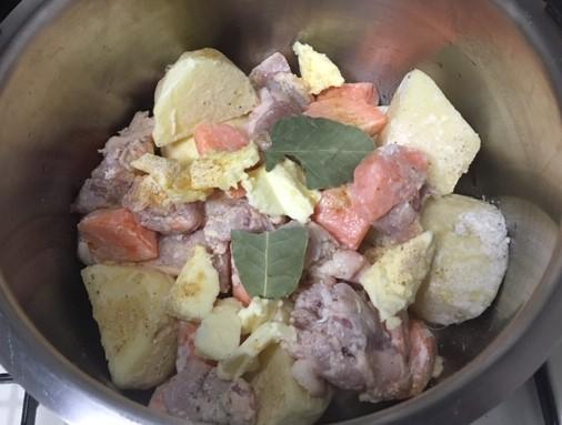 内鍋に玉ねぎ、鶏肉、じゃがいも、にんじんを入れた画像