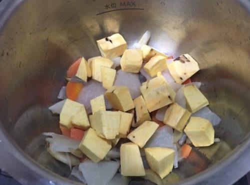 内鍋に野菜、さつまいも、豚肉を入れたところ