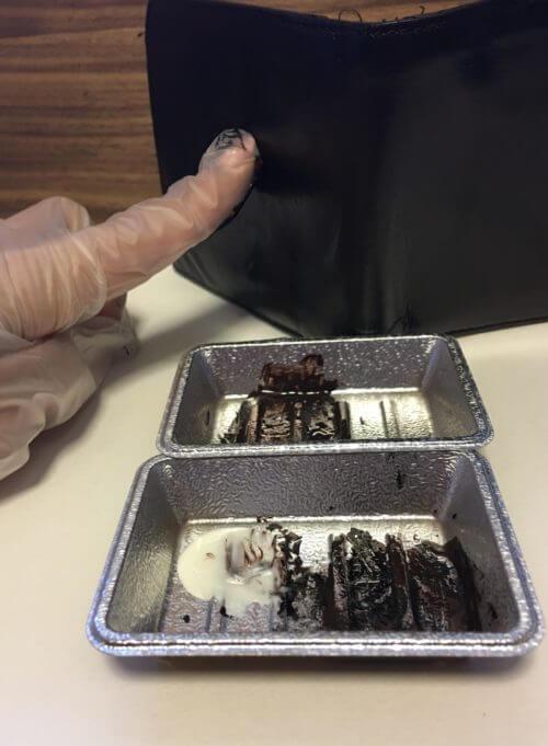 名刺入れにローションでのばしたSAPHIR補修クリームを指で塗っているところの画像 画像