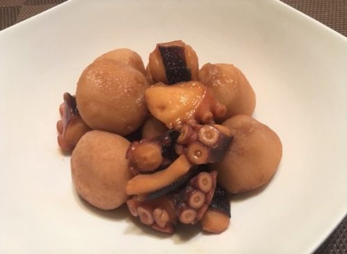 たこと里芋の煮物食卓