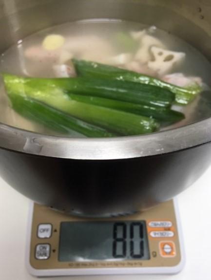 水と塩を鍋へ入れる