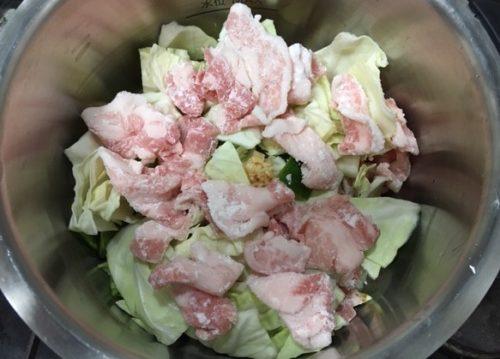 回鍋肉野菜と肉を鍋へ