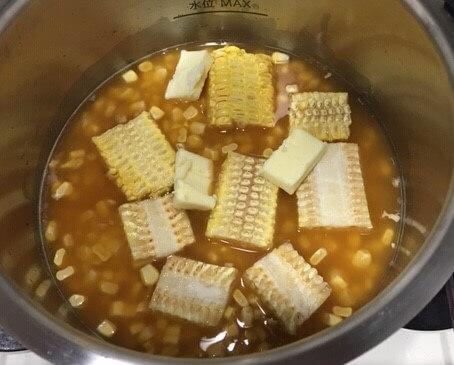 とうもろこしご飯調理前鍋の中