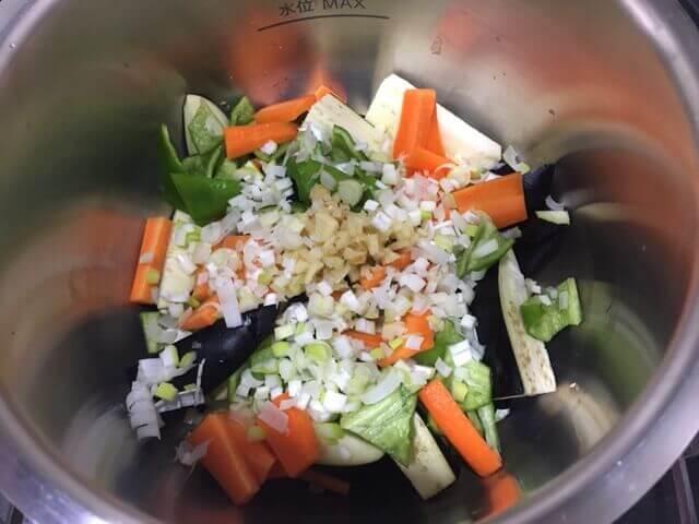 野菜を鍋に入れる