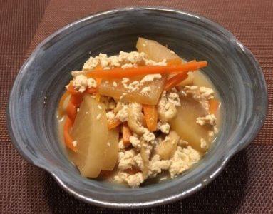 大根とくずし豆腐の煮物食卓