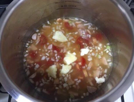 ソーセージピラフ調理前鍋の中