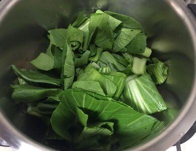 いかと青菜の四川風調理前鍋の中