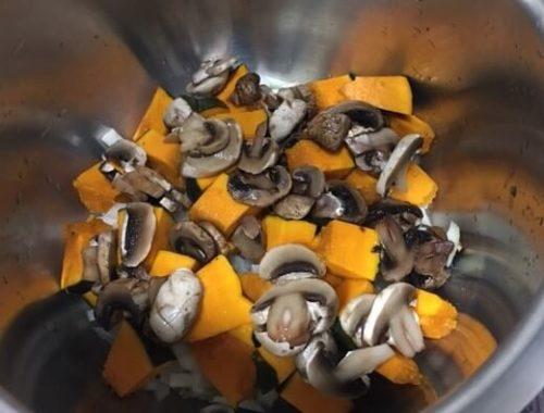 かぼちゃとマッシュルームを鍋に入れる