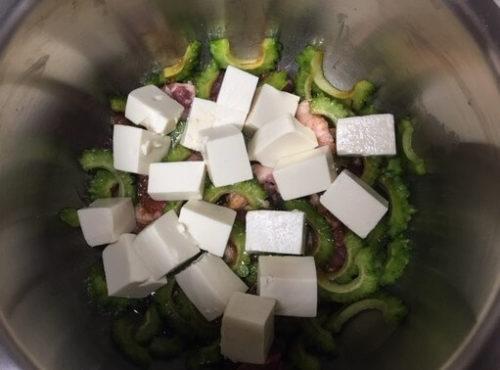 ゴーヤチャンプル調理前鍋の中
