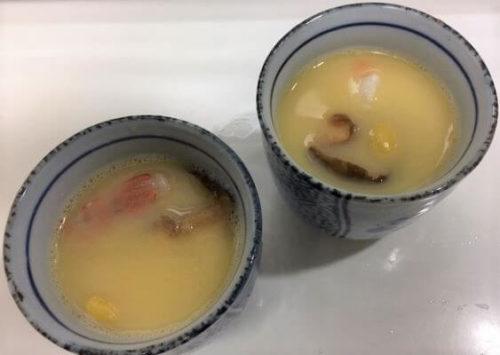 味付け溶き卵と具材を器へ入れる