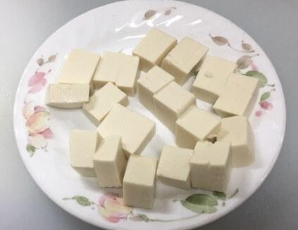 豆腐を切る