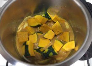 かぼちゃのカレーあんかけ調理前鍋の中