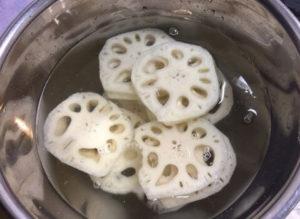 れんこんを酢水につける