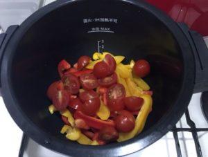 パプリカとプチトマトを鍋へ入れる