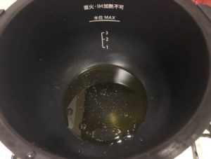 調味料を鍋へ入れる
