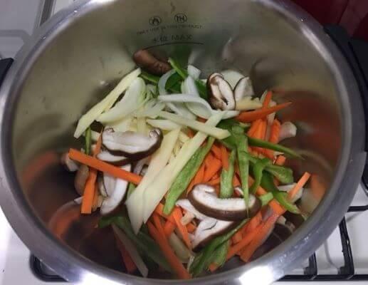 野菜類を鍋に入れる