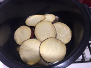 鶏とさつまいもの煮物調理前鍋の中