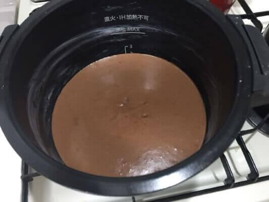 チョコレートケーキ調理前鍋の