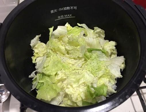 レタスチャーハン調理前鍋の中