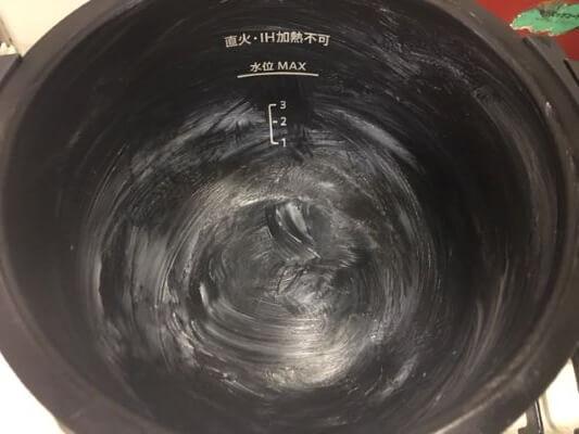 内鍋にバター(5g)を塗る