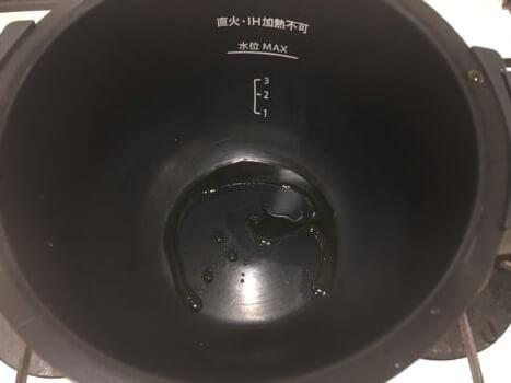 最初にごま油を鍋に入れる
