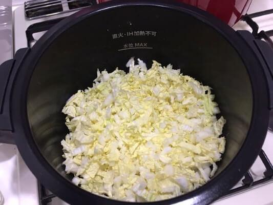 次に白菜の葉を入れる