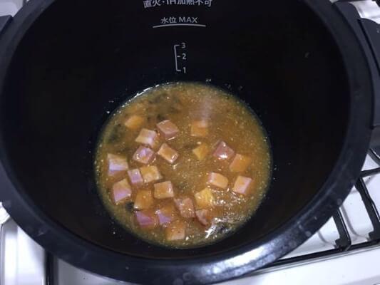 溶き卵と調味料ベーコンを入れる