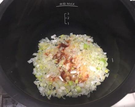 長ネギニンニク生姜トウバンジャンを鍋に入れる