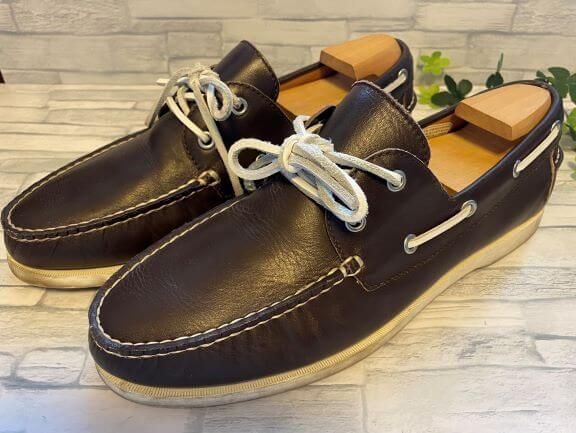 靴磨きをする茶色いリーガルの靴