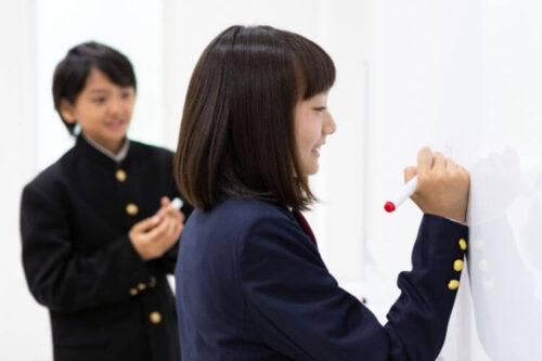中高生が勉強している画像