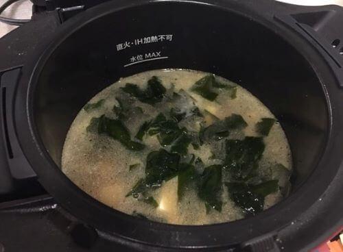 わかめ、豆腐、水、調味料を入れる