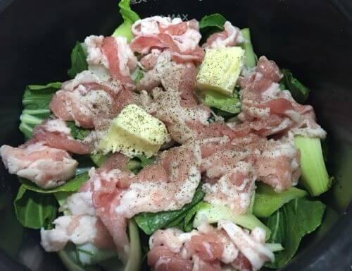 チンゲン菜と豚肉のクリーム煮調理前鍋の中