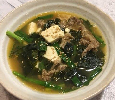 牛肉とニラの韓国風スープ食卓