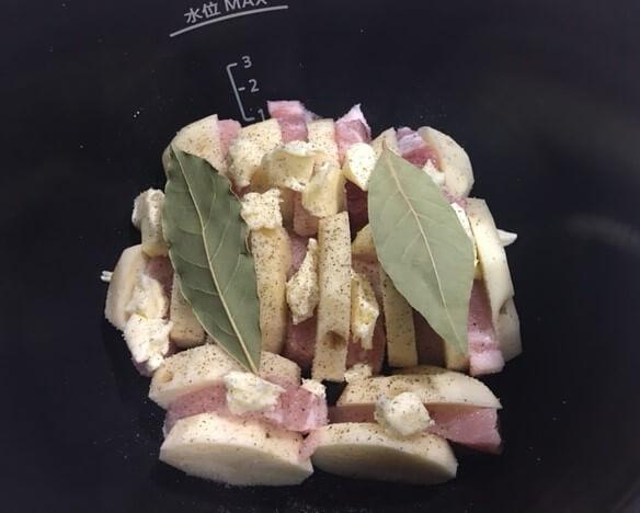 豚ロースとジャガイモのバター炒め煮調理前鍋の中
