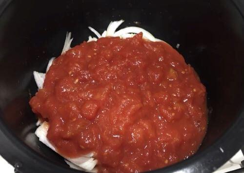 トマト水煮缶を入れる