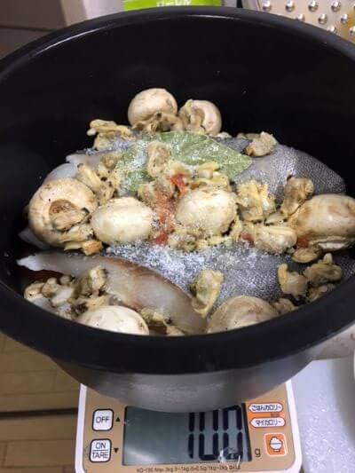 最後に塩とあさり缶ブイヤベース調理前鍋の中