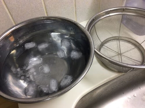 氷水とザルを用意しておく