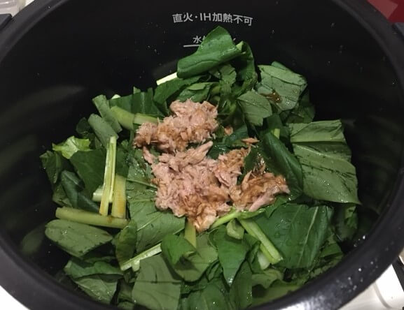 小松菜とツナの煮物調理前鍋の中